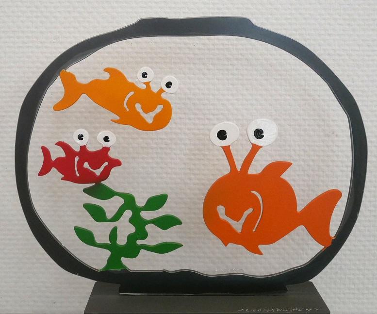 Aquarium mit drei Fischen, rot, gelb, orange