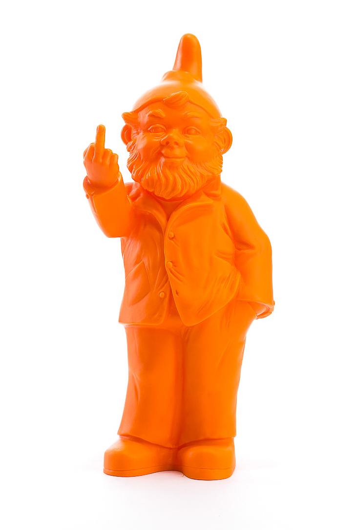 Sponti Zwerg orange von Ottmar Hörl mit Stinkefinger