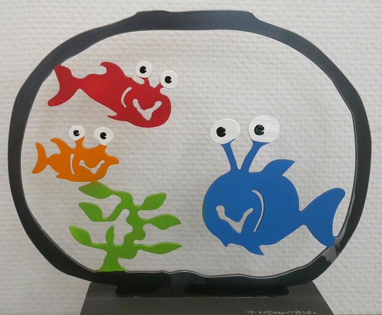 Aquarium mit drei Fischen, gelb, rot,blau